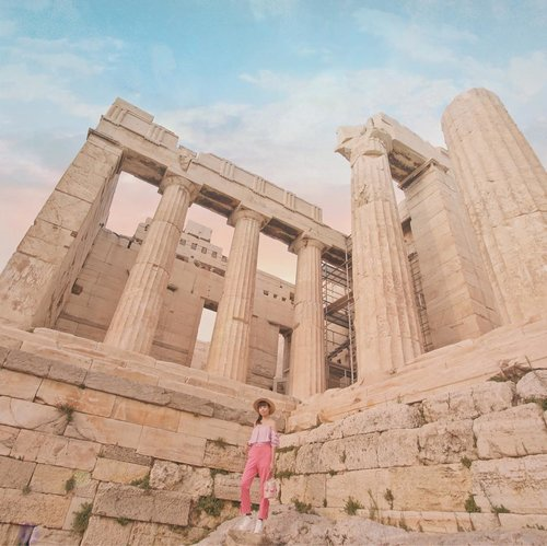 """Travel is never a matter of money but of courage."" 🌍 - Paulo Coelho...Lensed by @fahmiadimara .....#tampilcantik #style #whatiwore #ootd #greece #athens #sonyforher #clozetteid #travel #pink #zalorastyleedit #beauty #trypomelo"