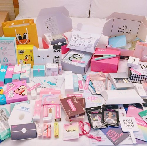 As long as I can remember no one has ever showered me with so many gifts before and its not even birthday yet! 😍😍 but who can say no to all these cuties, will just accept it as an early birthday & Christmas present then❤❤❤ will most probably go on a makeup and beauty shopping haitus while trying out all these products. Thank you for spoiling us with so many gifts!! Can't seem to thank you guys enough for all you've done for us during the whole #beautifuljourney trip! I'm so honored to be part of the #charis #charisceleb family and I really wish we can all grow bigger together 💕I'm currently having a serious post holiday withdrawal 🇰🇷😢 . . . . - P.s. Since I've received so much and I know, I wouldn't have made it without the support and love of each and everyone of you, so I'm thinking of hosting a giveaway with some of the products I received from @charis_official. Comment 😍 if you'd like me to do it. . . . . . . . . . . . . #lottehotels #lottehotel #lottehotelseoul #makeup #korea #klairs #wlab #pancoat #blab #merbliss #dearmy #insby #jewelcounty #enature #vodana #brilliant #borntree #vdl #forestn #romand #hera #drgloderm #citybreeze #klavuu #clozetteid #style #beautyblogger