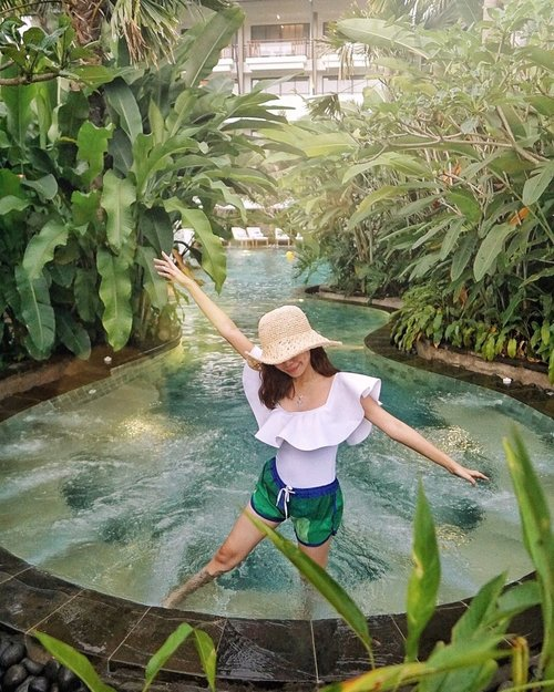 Taking you back to this lagoon kind of pool at @pullmanciawivimalahills 🥰❤️🍃 This newly opened resort& hotel complex at @vimala_hills has everything you need to relax and calm your body, mind and soul. Not to mention they also have four pools each with its own distinctive features🤩 // 📸 @priscaangelina . . . . #exploretocreate #holiday #staycation #clozetteid #steviewears #collabwithstevie #love #whimsical #style