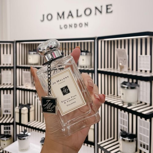 Everyone's favorite @jomalonelondon scent ! English Pear and Freesia 🌸 no wonder it's their best selling, since it even managed to appeal to non perfume lover just like myself. ..-Check out their new boutique at PIM 1 just beside Metro to even get free customized gift boxes 🎁 you can even get free bottle charm like this ! ...#jomalone #jomaloneindonesia #jomaloneid #style #exploretocreate #shotbystevie #clozetteid #minimalist
