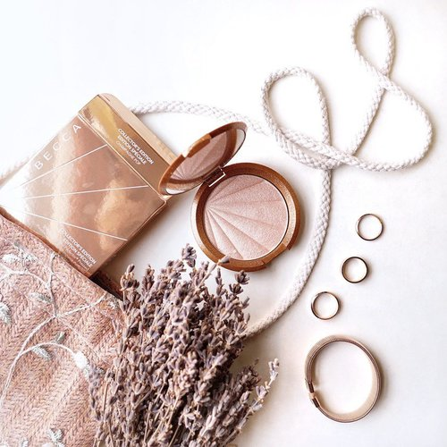Add up your natural sun kissed glow with @beccacosmetics champagne pop 🍾  new holiday seasons collection is coming up soon at @sephoraidn ....... .#style #shotbystevie #beccacosmetics #becca #flatlay #sonyforher #makeup #tampilcantik #clozetteid #collabwithstevie #sephoraIDN #BBBYSEPHORAIDN19#SEPHORAIDNPRESSDAY#IDNBEAUTYFEELS