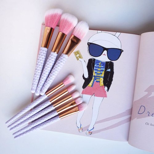 Be chic and Unique 😍 let all eyes stare at you! Adorable Brushes by @d.n.k_beauty 💕#endorsement #ad #flatlay #pink