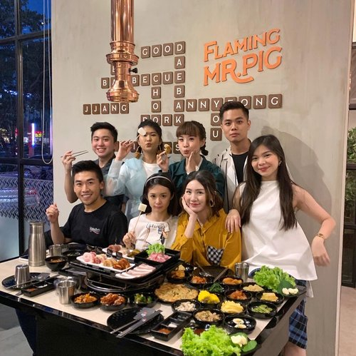 #throwback to our hearty ayce dinner at @flamingmrpig 🐷 food was amazing, perfect ambience and generous 반찬  ban chan ❤️ they got lots of different meat flavors but my favorite are the spicy and miso. A K-BBQ lover? I would totally recommend you to try it out 🥰 will be back soon! . . . . . #stevieculinaryjournal #food #yum #style #kbbq #clozetteid #foodie #yummy