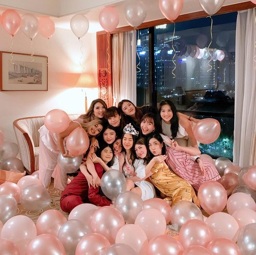 Managed to pull off a surprise bridal shower surprise for our girl ! ❤️❤️❤️ so happy it was a success, it was indeed a night to remember 🥂. Thanks you for making it memorable loves 💞 hope you like our little surprise @ellenstephaniee 👰🏻, I'm glad our path crossed and you've always been such a good friend ever since! Will surely miss you😘 I'll forever cherish our friendship..-Decor by @surpriseidea_ .Giant pizza by @pizzaebirra 🍕.📍 @thesultanhoteljkt ..... ......... #styleblogger #beauty #ulzzang  #beautyblogger #lifestyleblogger #fashionpeople #balloons #pink #블로거 #스트리트스타일 #스트리트패션 #스트릿패션 #스트릿룩 #스트릿스타일 #패션블로거 #bestoftoday #style #bblogger #clozetteid #bridalshower #beautyjunkie #beautyenthusiast #friends