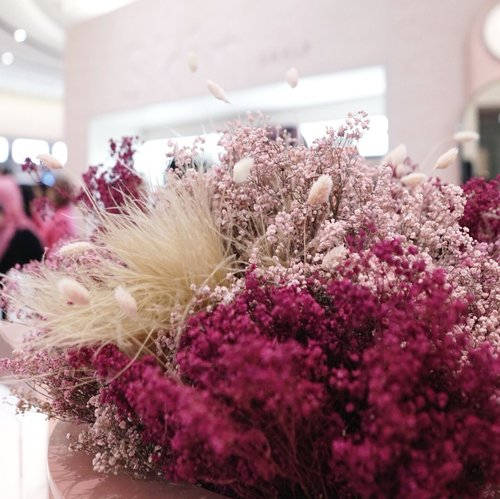 My kind of aesthetic 🌸💖 Be upfront with your emotions, sometimes things might turn out ugly but at least it won't leave you hanging in the clouds of what ifs☺️.....#flower #pink #qotd #sonyforher #style #clozetteid #exploretocreate #babybreath