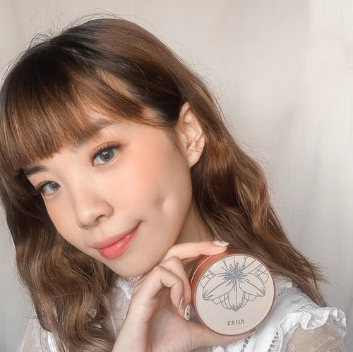 Welcoming the new @erha.dermatology Luminous Pearl BB Cushion 💛💛💛 It contain hyaluronic acid, pearl extract and white lily extract with SPF 40 PA++ that gives off a Satin Finish ! They come in 3 different shades Ivory, Natural and Beige (swipe for the swatches). After giving it a try I would say I like their satin finish, which gives off a healthy natural skin like finish that would be great for daily use.  . . . . .  #ERHAcushion #ERHACosmetic  #IamERHA #StartNEWME #ERHA #beauty #makeup #collabwithstevie