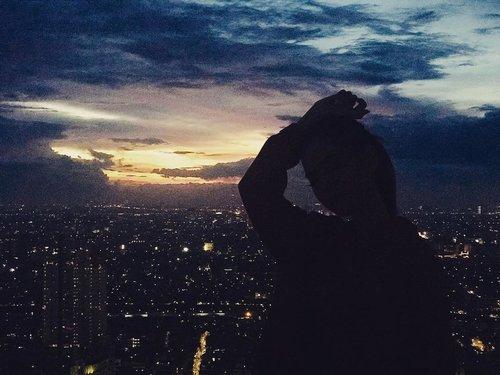 City of stars...🌟...#clozetteid #beautynesiamember #lykeambassador #lagirlcosmetics #views #sunset #butthatsunsettho #cityofstars #jakarta #citylights #potd #fff #lfl