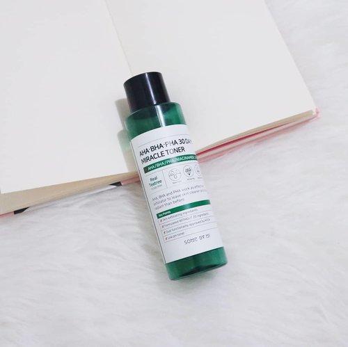 Some By Mi AHA/BHA/PHA 30 Days Miracle Toner adalah produk yang sempat hype tahun lalu karena diklaim bisa membuat kulit lebih bersih dan berseri dalam 30 hari.  Selain itu juga berfungsi untuk merawat pori-pori, mencerahkan, dan melembabkan kulit.Miracle toner ini punya tekstur cair bening dengan aroma peppermint. Dari website Some By Mi menyebutkan kalau produk ini punya pH rendah sekitar 5.5.Meski namanya exfoliating toner, tapi kandungan toner ini cenderung berguna untuk melembabkan kulit. Dari daftar kandungannya, di urutan ke 2-4 bisa kita temukan Butylene Glycol, Dipropylene Glycol, dan Glycerin yang berfungsi sebagai humectant.Lalu di urutan ke 5-6 ada 2% Niacinamide dan 10.000 ppm (1%) Real Tea Tree. Untuk acidnya punya konsentrasi yang sangat kecil, yaitu 0.05% Citric Acid (AHA), 0.01% Salicylic Acid (BHA), dan 0.01% Lactobionic Acid (PHA). Sepertinya agak kurang cocok disebut exfoliating toner karena tingkat pH dan konsentrasi acidnya terlalu rendah untuk menunjukkan hasil eksfoliasi yang optimal.Meski begitu, menurutku kandungannya memang skin-friendly. Saat memakai toner ini tidak ada rasa cekit-cekit sama sekali.Pada minggu pertama pemakaian, wajahku terasa lebih cerah dan glowing. Tapi efek mencerahkan itu hanya terasa di awal pemakaian saja, selanjutnya efeknya tidak terlalu signifikan.Toner ini bisa membantu sedikit meredakan jerawat-jerawat kecil di wajahku, tapi tidak untuk jerawat besar meradang.Sampai saat ini, aku masih menggunakan toner ini untuk merawat dan menghidrasi kulit setiap hari. Terlepas dari kemampuan eksfoliasinya, toner ini memang enak digunakan, membuat wajah terasa lebih halus dan glowing. Saat memakai toner ini, walaupun sudah double cleansing sebersih apapun, pasti masih ada sisa kotoran di kapas bekas aplikasi toner. Imho, that's satisfying.⭐ Rating : 4/5