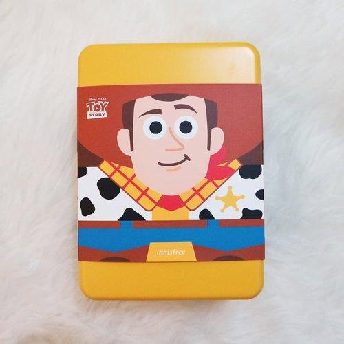 Yay! Woody, Buzz Lightyear, Jessie, dan kawan-kawannya hadir di koleksi makeup dan skincare favorit kalian.Woody Set dari Innisfree X Disney Toy Story ini worth the price untuk dibeli. Dengan  harga Rp 280.000, kalian akan mendapatkan banyak item :- 1 tincase Woody yang lucu- 1 No Sebum Mineral Powder Woody (5 gr)- 1 Super Volcanic Pore Clay Mask 2X (100 ml)- 1 Jeju Volcanic Color Clay Mask Brigtening (10 ml)- 1 Jeju Volcanic Color Clay Mask Cica (10 ml)- 1 Toy StorystickerNo Sebum Mineral Powder ini adalah transparent powder favoritku. Produk ini bisa set makeup jadi lebih matte dan halus, serta mengontrol minyak sepanjang hari. Untuk edisi ini, ada tiga pilihan desain kemasan warna kuning, ungu, dan pink dengan gambar karakter Toy Story.⭐ Rating : 9/10Super Volcanic Pore Clay Mask 2X ini jadi andalanku untuk melunturkan semua dosa di wajah. Wajah terasa bersih, segar, lembut, kenyal, dan tentu saja bebas komedo setelah menggunakan maskerini. Maskerini juga membantu mengurangi produksi minyak di wajahku.⭐ Rating : 9/10Produk terakhir, Jeju Volcanic Color Clay Mask varian Brightening dan Cica. Kedua masker ini mudah dan nyaman digunakan, membuat wajah terasa bersih dan lembut. Varian Brightening diklaim membantu mencerahkan kulit sementara varian Cica diklaim membantu menyembuhkan luka. Sayangnya dua efek ini tidak begitu terlihat di wajahku. Menurutku Super Volcanic Pore Clay Mask 2X memberikan hasil yang lebih memuaskan untuk masalah deep cleansing.⭐ Rating : 8.75/10Innisfree memang tidak perlu diragukan lagi kualitasnya, bahan kandungannya aman untuk kulit, tinggal disesuaikan dengan kebutuhan dan kondisi kulit kalian.Untuk review lengkapnya bisa cek di➡️bit.ly/InnisfreeXToyStory#garinisme #innisfree #toystory #reviewbygarinisme #beautybloggerindonesia #indonesiabeautyblogger #clozetteid #jbbfeatured