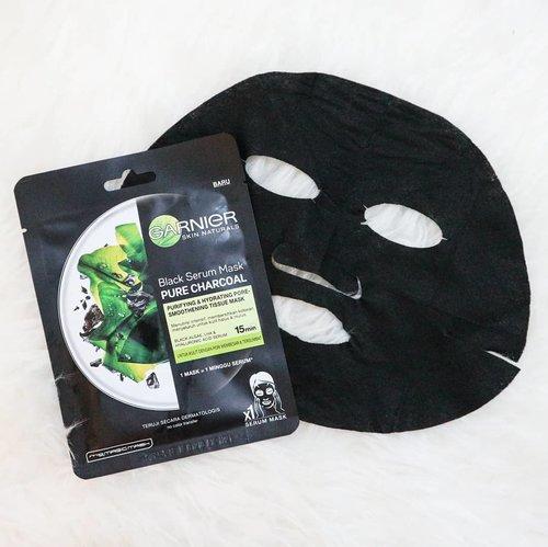 """<div class=""""photoCaption"""">Perkenalkan Black Serum Mask Pure Charcoal Black Algae, salah satu varian sheet mask dari Garnier yang baru hadir di Indonesia.Sheet mask ini diklaim punya kandungan Charcoal untuk menyerap dan membersihkan kotoran di wajah serta Black Algae untuk menghaluskan tampilan pori-pori. Selain itu juga diklaim punya kandungan LHA (Lipohydroxy Acid) dan Hyaluronic Acid.Produk ini dikemas dengan desain serba hitam yang menurutku keren. Sheet masknya pun dibuat berwarna hitam, sesuai dengan nama dan kemasannya. Sheet mask ini cukup tebal tapi tetap nyaman digunakan, ukurannya pas sekali di wajahku. Menurutku varian Black Serum Mask ini lebih enak dipakai daripada varian sheet mask Garnier sebelumnya.Sheet mask ini punya essence yang banyak dan ada cooling effect saat dipakai. Menurutku wanginya juga tidak terlalu mengganggu. Setelah menggunakan sheet mask ini, wajahku terasa segar dan lembab. Pori-pori juga terlihat sedikit lebih halus daripada biasanya.Dari daftar kandungannya, produk ini punya beberapa komponen humectant dan emollient untuk membantu menghidrasi kulit. Yang perlu dicatat, produk ini punya kandungan Alcohol yang mungkin bisa menyebabkan iritasi bagi pemilik kulit sensitif.Overall, sheet mask ini worth it untuk dicoba. Selain hasil yang diberikan bagus, harganya juga terjangkau dan mudah ditemukan dimana-mana. Of course, I will repurchase this sheet mask.⭐ Rating : 4.5/5</div>"""