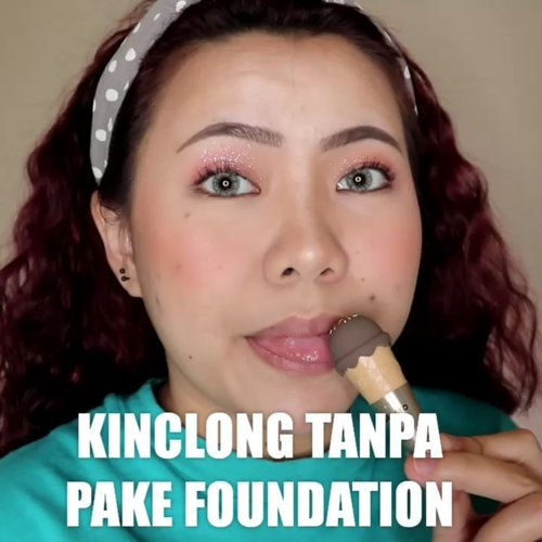 Nah nah... Cucok kan walau tanpa Foundation ? Btw Tutorial rambut kribo nyusul ya hahahah . Produk yg dipake: • @laneigeid White Dew Ampoule & Tone Up Fluid • @getthelookid Concealer • @makeoverid Powder • @pinkberrybeauty Blush • @beautycreations.cosmetics Contour Palette • @hicharis_official @selfbeauty_co Highlighter • @thefaceshopid Gelato Tint • @holikaholika_indonesia Glitter • @vuedepulang @hicharis_official Oh Rolla Mascara • @luxcrime_id Setting Spray . . . . 🎥Camera Canon EOS M100 🎛️Edit with @vivavideoapp Pro 🎶Vintage - Allie X . . . . . . . #makeupoftheday #tutorialmakeup #Tutorialdandan #makeuptutorial #tutorialmakeup #indobeautygram #makeupoftheday #beautybloggerindonesia #motd #popbelabeauty #flovivi #ClozetteID #cchannelid #cchannelbeautyid @tampilcantik @tips__kecantikan @tutorialmakeup_id @ragam_cantik @meriaswajah @syantiktutorial @ragam_kecantikan @zonacantikwanita
