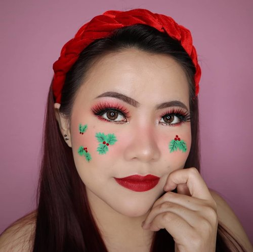 MISTLETOE FRECKLES CHRISTMAS CHALLENGE DAY 9/25 🎄 #25daysofchristmas 🎄 . Maaf bgt ya telat2 haha gue bingung sendiri ngatur feeds gegara background nya ganti lg 🤪 Akan w kejar ketertinggalan ini 😭🙏🏻 . • Eyeshadow @beautyglazed • Lip @lakmemakeup Mini Matte Hangry • Facepaint @officialsnazaroo @mehronmakeup • Softlens Nobluk Brown . #wakeupandmakeup #christmas2019 #christmasmakeup #christmas2k19 #adventcalendar #christmasmakeuplook #christmasmakeupchallenge #countdowntochristmas #makeupoftheday #makeupchristmas #christmasedition #motd #flovivi #clozetteID #cchannel #cchannelid #aestheticmakeup
