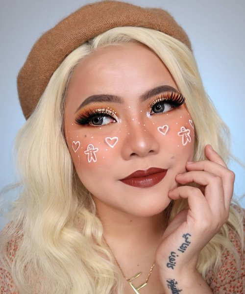 🍪Gingerbread Cookies🎄 . . Product : • Foundation @selfbeauty_co • Two Way Cake @luxcrime_id Buttercream • Blush @thesaemid + @jillcosmetics • Eyeshadow @otwoo_id • Gold Glitter @altheakorea • Bulumata @bulumatamagnet88 • Facepaint @officialsnazaroo • Lip @kamaliabeauty x Tasya Farasya - Topaz • Eyebrows @sadabycathysharon  Jati • Highlighter @madame.gie • Wig @sissyclip . . Makeup inspo : @sarinanexie @josalynandromeda #flovivi #clozetteid #christmasmakeup #christmaslook #christmas #beautybloggerindonesia #beauty #makeup #aesthetic #aestheticmakeup #aesthetic