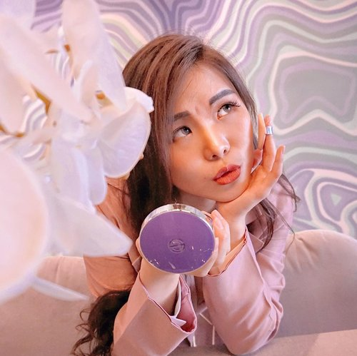 Hello to bright-dewy skin, all thanks to @dpc_korea_official ✨. A super unique Pink Aura Cushion Season 3 ( shade 23 : Pink Vanilla ) with SPF 50+/PA+++ that contains ampoules in two essence ( pink : to brighten up skin, beige : as coverage). . Pros :  Unique cushion  Decent water drop shaped puff Lightweight texture Very moisturizing Blends easily Brighten up face Natural, dewy looking finish . Cons : Few shade option Begins to oxidize after 3 hours Light coverage . . I would definitely recommend this for you who has normal to dry skin as it gives exquisite glow to your skin, literally ☺️✨. Find this product in cheap price at @hicharis_official : hicharis.net/chelsheaflo. . . #dpckorea #beautyreview #CHARIS #hicharis #charisceleb #koreancushion #collaboratewithcflo #ClozetteID