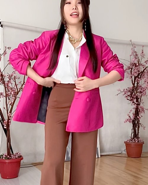 How to update your regular office attire : add on bright pink! 💖  Oversized blazer : @pmothelabel  White shirt : @id_theexecutive  Pants : @btywears   #stylingideas #outfitinspiration #officelook #fashionbloggerindonesia #ClozetteID #instagramreels