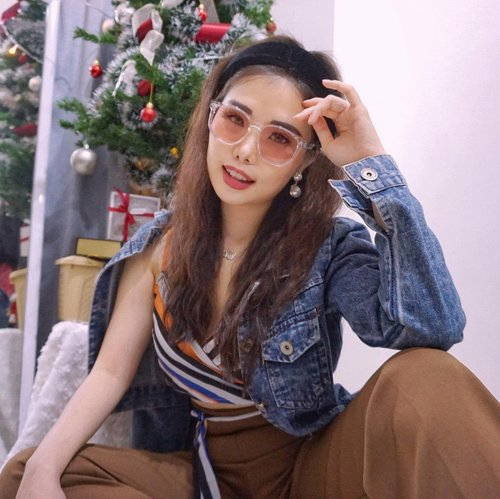 So this is how I look if I was in the 80s 🕺🏻  On the other side, I feel vibe of the K-star Seo Ye Ji, cuz of this super cool tint sunnies from her collab with @rieti_eyewear 🤩. Yay isn't it??  Loving it? Yuk kembaran! Check out this link asap:   http://hicharis.net/chelsheaflo/1sMA  Or, you can just head to my IG story to watch the video reel 😜✌️.  #rietieyewear #hicharis #charisceleb #ootd #fashion #stylingideas #retrostyle #fashionbloggerindonesia #collaboratewithcflo #ClozetteID