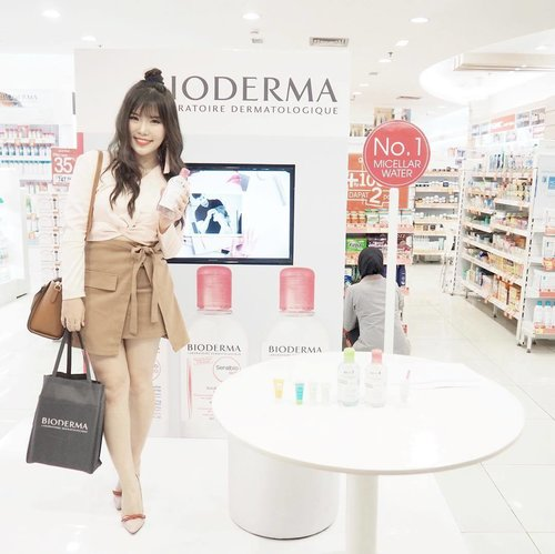 My very first time trying @bioderma_indonesia 's Sensibio H2O micellar water and it was surprisingly awesome! I personally like the gentle and cool feeling when I first applied it on my face. It's fragrance-free and just like its name, it works very well on sensitive skin ( and any other skin type of course ). I am pretty sure you guys will like this product to replace your current makeup remover because this Sensibio H2O is able to remove all types of makeup easily 😍 Glad to know that it isn't difficult to find it because it's available in all Guardian stores 🙆🏻🎉 #BiodermainSBY #BiodermaXGuardian #SbbxBioderma #surabayabeautyblogger #ClozetteID