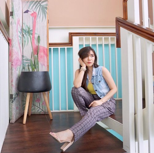 Brighten up your Monday with cheerful outfit 🦩.  Plaid tapered pants from @hardwareclothid .  #outfitideas #fashionbloggerindonesia #collaboratewithcflo #ClozetteID
