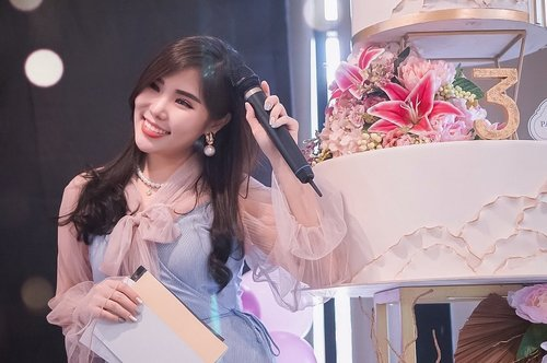 Glad to be part of @sbybeautyblogger 's 3rd Anniversary. Not a pro, but it's a great experience to be the host of the event! Thank you everyone who helps to make this event wonderful, you rock! @cmm.idn @altheakorea @bioderma_indonesia @thelocalist.sby @parisiennepastry @ultimaii_id 🥰💖🎉....Wonderfully captured by 📸: @vannysariz 💖#SBBxCMM #CMMEventConsultant #sbybeautyblogger #surabayabeautyblogger #SBBAnniversary #SBBTurning3 #sbb3rdanniversary #ClozetteID