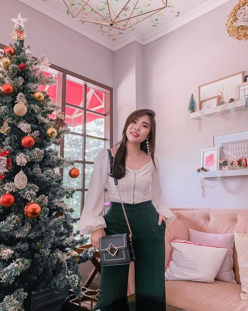 Feeling jolly everyday 🥰. Let's us spread kindness, give love, since Christmas is all around 💕. . . White cropped top with puffy long sleeves : @femmeluxefinery . . . #ootd #fashion #collaboratewithcflo #christmasoutfit #ClozetteID