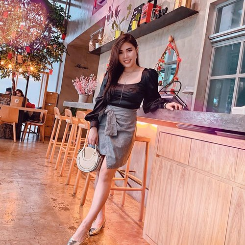 How to look chic and (slightly) classy with crop top. Read more at www.chelsheaflo.com . Link is on bio 😄. . . . #LuxeGal #FemmeLuxe #ootd #fashion #collaboratewithcflo #ClozetteID #stylingideas