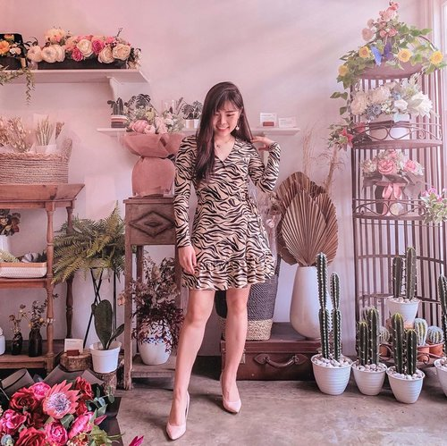 The art of arrangement 💐. By the way, new styling article is now up on my blog. Head to www.chelsheaflo.com to find out more.  #ootd #flowerstagram #fashion #ClozetteID
