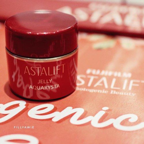Jelly Aquarysta @astalift_indonesia dibuat dari bahan pilihan ganggang merah dari laut Jepang dan diproduksi dengan teknologi nano bisa menjadi anti aging skin care yang membuat anda awet muda.  #jellyaquarysta #astalift_indonesia #photogenicbeauty #clozetteid #skincare #bloggermakassar #bloggerslife #blogger