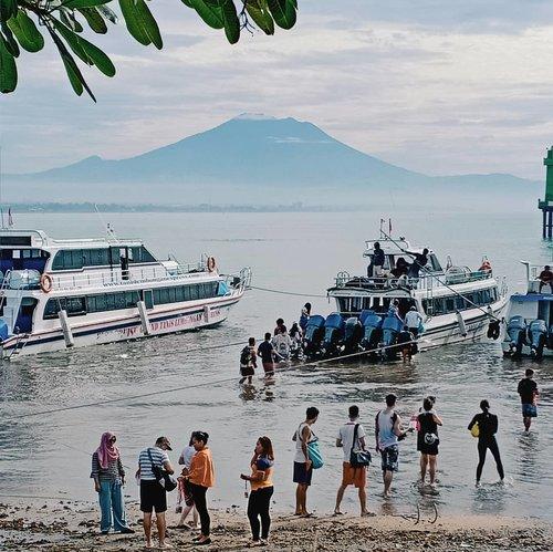 ~ Pelabuhan Sanur ~ . Para wisatawan yang ingin menyebrang ke Nusa Penida dari Bali, bisa menggunakan fast boat dari Pelabuhan Sanur. . Jadwal keberangkatan dimulai dari pagi, sekitar jam 8 pagi. Setiap agen boat punya jadwalnya masing2 yaa. . Sayangnya Pelabuhan Sanur belum memiliki dermaga yang memudahkan kapal sandar untuk mengangkut penumpang dan barang. . Jadi para wisatawan yang ingin naik fast boat harus menghampiri boat dengan cara berjalan kaki dan turun ke dalam air. . Celana harus digulung, sepatu atau sandal harus dijinjing sendiri atau dikumpulkan dalam kotak plastik yang disediakan oleh agen boat. Lebih enak dipegang sendiri sih, biar pas turun nggak repot cari sendal/sepatu belum lagi sendal bisa berpotensi kotor dan berpasir karena ditumpuk seadanya asal masuk dalam kotak plastik. . Untuk wisatawan wanita yang pakai rok panjang, nasibnya lebih repot musti angkat2 rok. Nggak diangkat jadi basah, diangkat ketinggian bisa berabe duhhh 😥. . Gelombang wisatawan ke Nusa Penida semakin hari semakin banyak saja. Semoga secepatnya di Sanur bakalan ada dermaga yaa. Karena di Nusa Penida aja sudah ada, mari berdoa sama2 😇. . Tuh di Nusa Penida ada udah ada dermaga, trus kapan abang bangun dermaga di hati adek 🤭. . . . . . . . . . . . . . . . . . #clozetteid #travel #traveldestination #halu #bloggerindonesia #travelblogger #puralempuyang #puralempuyanganluhur #wonderfulindonesia #pesonaindonesia #bali #destinasiindonesia #balitravel #baliholiday .
