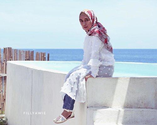 White and blue kind of vibes 💕..............#hijabfashion #hijabi #hijabinsta #hijabistyle #hijabers #hijabootd #ootdfashion #mystyle #fashionblogger #blogger #clozetteid #hijabindonesia #whitedress #whiteandblue #pocket_people #tbt