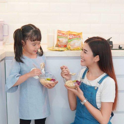 Mom... . Kali ini aku punya cara Smart untuk menyiapkan menu saat sahur yaitu dengan @nestumindonesia ! Karena NESTUM ada GrainSmarta, kombinasi gandum utuh, beras dan jagung yang kaya gizi dan bikin kenyang lebih lama. Enaknya lagi bisa ditambahkan topping yang disukai biar nggak bosen, juga susu dingin yang bikin lebih enak, praktis, lezat dan bernutrisi. . Makanya mulai sekarang aku sudah stock @nestumindonesia di rumah untuk persiapan bulan puasa, biar makin semangat sahurnya. Belanjanya bisa di Indomaret, Supermarket terdekat, dan dapat lewat online di BLIBLI👌🏼 . Yuk, siap-siap #SahurYangSmart dengan #SahurSemangkukNESTUM ! . #NESTUMSahurYangSmart #NESTUMKenyangLebihLama #Sarapan #Breakfast #lifestyle #clozetteid #parenting