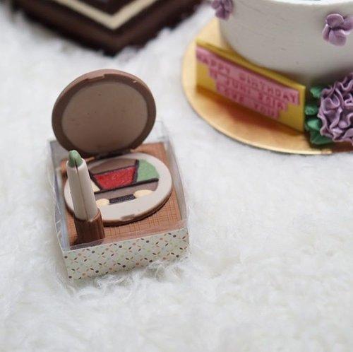 Cake cake another cakes! 🎂#chococalete #makeup #makeupcake #potd #bestoftheday #bloggerlife #likesforlike #likes4likes #blogger #beautyblogger #birthdaycake #birthdaygirl #birthdaybash #birthday #eyeshadowpalette #lipstickcake #lipstick #clozetteid
