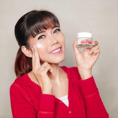 Dengan bertambahnya usia, kulitku sudah menunjukkan tanda penuaan nih.. noda hitam, garis halus dan wajah kusam🙄 Aku jadi semakin concern dengan skin care yang kupakai saat ini..Kini @pondsindonesia menghadirkan product baru, yaitu Pond's Age Miracle Whip Cream yang mempunyai tekstur ringan, jadi mudah meresap ke kulitku. Memiliki kandungan Retinol – C + Prebiotik, Hyaluronic Acid & Pentavitin dan Milk Essence & Vitamin B3 yang pastinya akan membantu merawat kulit 😍.Buat yang mau punya kulit sehat, muda dan terawat kini dan nanti kalian harus coba banget Pond's Age Miracle Whip yang sudah tersedia di @shopee_id 👌🏼.#RinganMudaBercahaya#NeverStopGlowing#pondsagemiraclewhip#indobeautysquad#clozetteid