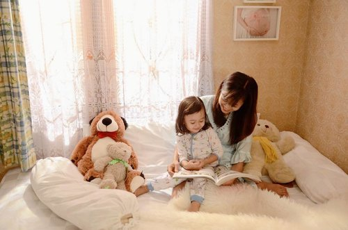 """Sebagai orang tua memantau tumbuh kembang si kecil pada masa """"golden age"""" itu penting lho Mam, setelah mengenali kepintaran melalui Smart Strength Finder kaka Safa memiliki kepintaran dominan salah satunya adalah Word Smart, pantes saja kaka safa sejak usia 6 bulan mulai bisa bicara dan menyukai kegiatan yang berhubungan dengan kata, seperti membaca, menulis, dan berbicara. Biasanya  Kepintaran ini bisa dikembangkan dengan kegiatan bercerita, membaca buku bersama, dan bercakap-cakap dengannya.Yuk mam kenali kepintaran si kecil dan berikan stmulasi yang terbaik untuknya dengan registrasi di www.parentingclub.co.id melalu website ini juga saya mendapatkan banyak informasi dan tips seputar parenting lainnya untuk mendukung kepintaran si Kecil agar semakin bersinar di @parentingclubid #parentingclubid #bedaanakbedapintar #parenting #parentingblogger #mom #momlife #mommyblogger #potd #motd #bestoftheday #like4like #lifestyleblogger #lifestyle #clozetteid #clozetteambassador #photography #photooftheday #kids #instakids #cute #babygirl #children"""