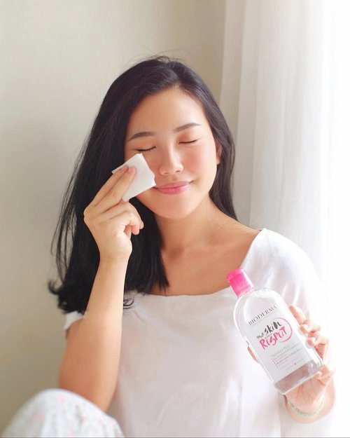 [ 25 YEARS OF BIODERMA SENSIBIO H2O 🌸 ] •Sering nya melakukan aktivitas diluar rumah membuat kulit menjadi kusam karena terpapar polusi. Maka itu penting bagi kita semua untuk merawat kulit dimulai dari hal-hal kecil seperti membersihkan muka usai beraktivitas. •Never skip cleaning your face with micellar water ! I've been using my fav one from @bioderma_indonesia since years ago 🥰  as we celebrates this #25YearsAnniversary , let's respect our skin more each day. #RespectMyChoices .•For the full review, kindly click the link on my bio #YourSkinDeservesRespect #BiodermaIndonesia#SensibioH2O#SensibioTonique #BiodermaXClozetteIDReview #ClozetteIDReview @clozetteid #ClozetteID