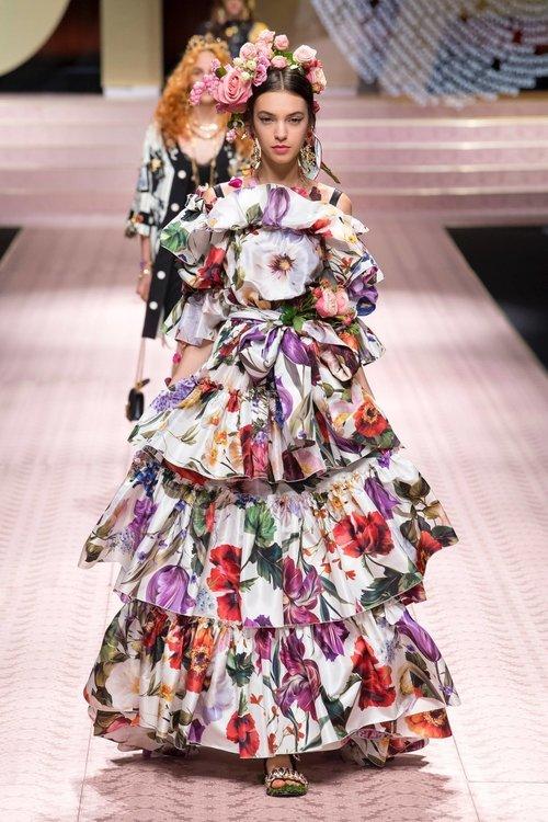 "<div class=""photoCaption"">Flower prints D&G 2019 best collection <a class=""pink-url"" target=""_blank"" href=""http://m.clozette.co.id/search/query?term=photo&siteseach=Submit"">#photo</a> taken:vogue runway</div>"