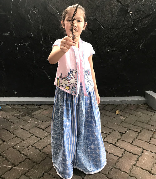 Today's performance using kebaya & batik skirt from @littlekissesbighugs my luv 💕..Asli, Raya kliatan syantiek banget pake stelan kebaya ini 😍..#raneiratsuraya #firstlove #firstborn #instakids #instatoddler #toddlergirl #toddlerstyle #toddlerfashion #kidsofisntagram #kebayaanak #kidstyle #kidsfashion #clozetteid #loveofmylife #kesayangan