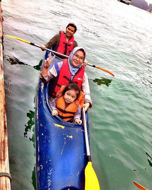 We've made it!! Ngelilingin 2 pulau batu pake kayak, abis itu tangan pegel stengah mati 😆 Ternyata kayaking itu seruuuu, tantangan buat keluarga & bikin bonding lbh kuat 👨👩👧❤️ #extremechallenge #kayakingfirsttimer #familykayaking #halongbayvietnam #kayaking #clozetteid #halongbay #halongbaycruise #halongbayvietnam #familytime #familytrip #travelgram #familytravel #travelwithkids