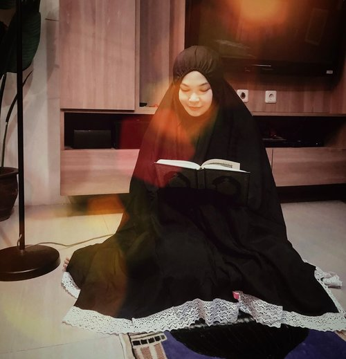 If you want to talk to Allah, then prayIf you want Allah talk to you, then read Qur'an 🖤Alhamdulillah, subhanallah, tahun ini rejeki bisa khatam al-qur'an jelang hari terakhir Ramadhan & semoga tahun depan dpt dipertemukan lagi dgn bulan Ramadhan... Aamiin ya Allah 🤲🏾🖤Mukena hitam dari @littlejasmine_id bahan rayon silk, cantik, nyaman, ngga panas dan banyak pilihan warnanya 🖤#ramadhan #akhirramadhan #mukenarayon #clozetteid #ramadhanisleaving #ramadhankareem #readquran #holyquran #mukenaadem
