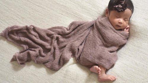 Ketika diluar hujan, kayaknya lebih enak kemulan sambil bobok 💛🌧Markibo... Mari kita bobo 😴😴😴..#raneyshailiana #newbornphoto #newbornphotography #instanewborn #instababy #cutebaby #babygram #babygirl #clozetteid #kesayangan #loveofmylife #secondborn #secondlove #babybalabala2 #babyofinstagram #babyphoto #babystle #babytime #funphotoshoot #babystagram #babyintheblanket #babysister #littlesister #newbornbaby #newbornart #bundleofjoy #newbornpics #newbornlife