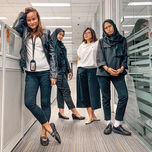 My squad for tonight 🖤🖤⁣ ⁣ ⁣ Trying to be fierce and I think we nailed it 👌🏼⁣ ⁣ ⁣ #mysquad #officemate #officeoutfit #workhardplayharder #officestyle #workingmom #officemadness #clozetteid #girlsjustwannahavefun #fridaynight
