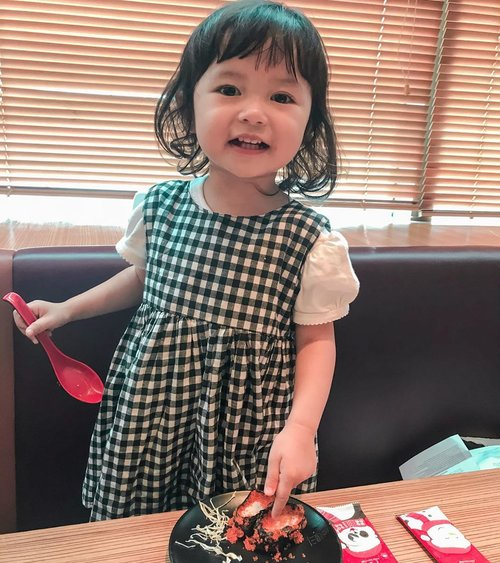Kangen sushi! ⁣⁣🍣🍱🍣 ⁣⁣ #dirumahaja #loveofmylife #stayathome #family #wfh #clozetteid #secondborn  #stayathomelife #raneyshailiana #edisikangensushi #kidsofinstagram #kangenngemol