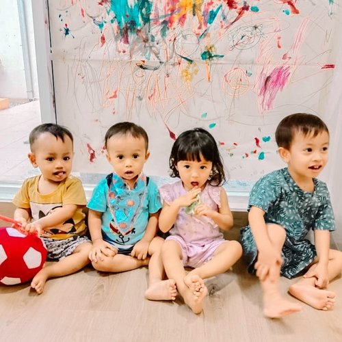 A happy childhood is one of the best gifts that parents have in their power to bestow - Mary Cholmondeley ♥️⁣ ⁣ Happy2 terus main bareng temen2 di daycare ya Dek 😘 ⁣ ⁣ #daycaresquad #kesayangan ⁣#loveofmylife #daycarelife #happychildhood #daycaretime #lifeatthedaycare #kiddos #babynumbertwo #mysecondborn #raneyshailiana #clozetteid #childhood