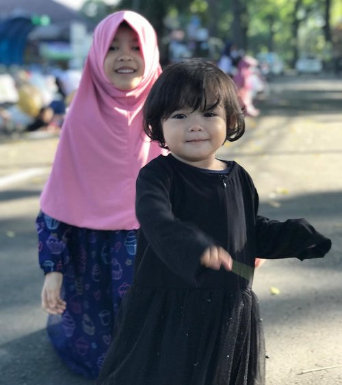 Taqabbalallahu minna wa minkum, taqabbalallahu yaa kariim, wa barakallahu fiikum..  Mohon maaf lahir & batin tante-om/kakak2 semua.. 🙏🏽 Raya, Shasha, Mamih & Abah  Udah pada makan ketupat & opor beluum 😽  #lebaran1440H #sibling #instasibling #sister #sistersquad #instasister #loveofmylife #kesayangan #clozetteid #siblinggoals #bigsister #littlesister #instakids #sisterforever #daughter #kidsofinstagram #mudik #bandung #sholatied