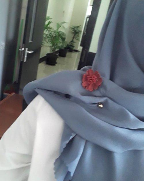 Happy wednesdayHijab by @otunel.id Tuspin by @kaputhijab ❤❤...#hijabstyle #hijabootd #clozette #clozetteid #makeup #motd