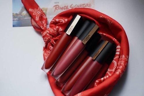 """Racun selanjutnya 💕 sebenarnya sudah pernah posting tentang lipstik ini tapi bukan review sih terus niatnya di review panjang di blog tapi kalau lipstik gak perlu panjang-panjang seperti skincarekan... (padahal lagi malas aja, lol), so di sini aja...Loreal Rouge Signature Empowereds!!!Because you're worth it 💕Aku coba 7 shade dari seri ini dan bisa kalian lihat range warnanya itu merah menggoda, yang memang tipe warna lipstik kesukaanku. Kalian tim lipstik merah atau tim lipstik nude nih? 😉🤔❤️ PackagingPackagingnya mewah, macam barang mahal dibawa kemana-mana dan aku sukanya dia modelan ramping gitu, gampang diselipin ke pouch atau tas mungil. Aplikatornya runcing diujungnya, menjangkau sudut bibir dengan baik.❤️ Texture, scent, & performaTexturenya itu seperti liptint tapi lumayan """"padat"""" dibandingkan liptint kebanyakan. Wanginya saat diaplikasikan tidak ada sama sekali, baru saat produk didekatkan kehidung tercium bau manis yang agak bikin kliyeng buatku. Sukurnya baunya gak mengganggu saat digunakan yang tentu saja menjadi nilai plus buatku yang hidungnya sensitif.Jadi ini liptint?! Enggak bisa dibilang begitu sih, saat diaplikasikan pertama kali dia memang agak cair gitu. Teksturnya yang agak cair ini memudahkan kita meratakan lipstiknya ke bibir, dan awalnya itu memang telihat seperti memakai liptint. Lalu perlahan lipstiknya ngeset jadi semi matte. Super pigmented, gak transfer, dan stay lama dibibir 💕 cinta banget pokoknya 💕Dan baru kali ini aku suka semua ketujuh warna dari sebuah produk lipstik, gak bisa memilih mana yang paling favorit karena semuanya bagus huhuhu#lifestyleblogger#IamPoweredBeauty #GoRougeSignature #clozetteid#minireviewdwiananta"""