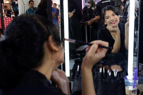 Selamat berhari Minggu 😘. Jadi ini beberapa foto saat menghadiri Makeover FAB Week, Beauty & Talk bareng @rachgoddard 💕 . . Bisa dilihat dong betapa bahagianya senyumanku hehehe... Bisa menambah ilmu pep-makeup-an, ketemu member @makassarbeautygram formasi lengkap, dan kabur sejenak dari rutinitas 😊. Terimakasih @makeoverid @makeover.makassar . . #beautyenthusiast #beautyjunkie #makeupjunkie #beautybloggermakassar #BeautyContenCreator #BeautyContenCreatorMakassar #MakassarBeautyGram #MksBeautyGram #beauty #selfie #makeup #lifestyle #lifestyleblogger #bloggerlifestyle #bloggerlife #clozetteid #clozette #makeover #instamood #instagrammers #staylightallday