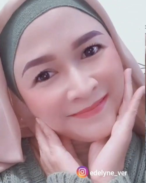 💄Get Ready With Me 💄⁣  ⁣ Aslinya ini proses makeupnya ngga lebih dari 5 menit , tanpa pakai eyeshadow and eyeliner .⁣ ⁣ ⁣ Produk yang dipakai : ⁣ Loreal Sunscreen @getthelookid ⁣ Loreal Age Rewind Concealer ⁣ Cushion @somethincofficial ⁣ Blush and Highlighter @urbandecaycosmetics ⁣ Pensil Alis @viva.cosmetics⁣ Bronzer @bellaoggi_italia_brasil_ ⁣ Mascara Loreal Voluminous Million Lashes ⁣ Lipstick @maybelline_indonesia Superstay Matte Ink 175 ⁣ ⁣ #brushedbyedelyne #makeup #maybelline #getthelookid #over40andfit #over40andfabulous #belajarmakeup #loreal #superstaymatteink #clozetteid #instamakeup #wakeupandmakeup #grwm #grwmmakeup #bandungbeautyblogger #garut
