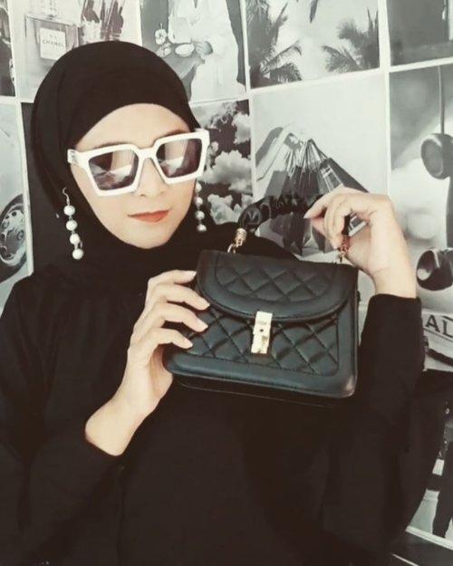 Koleksi lainnya yang ready stock bisa dilihat.di @disty.lyne yaa .#ootdbyedelyne #hijabstyle #hijabindo #bloggerstyle #taswanita #clozetteid #ootd #outfit #garut #hijabfashionstyle