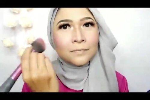 Assalammualaium... Selamat hari minggu, yuk belajar makeup lagi, jangan lupa tetap di rumah yaa, tetap sehat , tetap semangat !  Untuk tutorial lengkap ada di youtube channnel aku ya, link ada di bio .  #brushedbyedelyne #makeup #clozetteid #bandungbeautyblogger #hijabandmakeup #insta #stayathome #makeuptutorial #staypositive💯