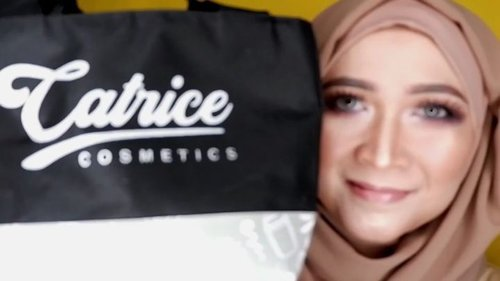 Nah ini dia video mini tutorial dari foto sebelumnya,semua menggunakan produk-produk Catrice Cosmetic dari @mybeautypedia.id .Produk-produk tersebut aku dapatkan dari acara 2nd Anniversary nya @bandungbeautyblogger  beberapa waktu yang lalu.Yang aku pakai antara lain : - Catrice Prime and Fine Goodbye Pores- Catrice Insta to Go Blur Stick - Catrice HD Liquid Coverage 020- Catrice Light Correcting Serum Primer Sunlight- Catrice Prime and Fine Makeup Transformers Drops Lightening- Catrice Prime and Fine Makeup Transformers Drops Darkening - Catrice Banana Powder - Catrice Blush Box 060 Bronze- Catrice The Blazing Bronze Eyeshadow Pallete- Catrice Brow Colorist - Catrice Glow Highlighting Powder - Catrice The Little Black One Mascara- Catrice Glowdoscope Highlighter Pallete- Catrice Dewy Ful Lips Conditioning Lip Butter Brushes from @sigmabeauty Large Powder F30Large Angled Contour F40 Edge Kabuki F87 #makeupbyedelyne #makeupartistatheart #catricexbbb #mua #wakeupandmakeup #ragamkecantikan #clozetteid #bunnyneedsmakeup #tutorialmakeup #tribepost #inspirasicantikmu #makeupandhijab